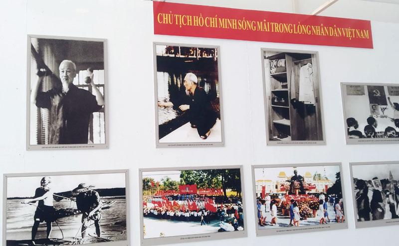 Hình ảnh Bác Hồ được trưng bày tại Nhà trưng bày thành tựu kinh tế - xã hội tỉnh, Bảo tàng Bến Tre.