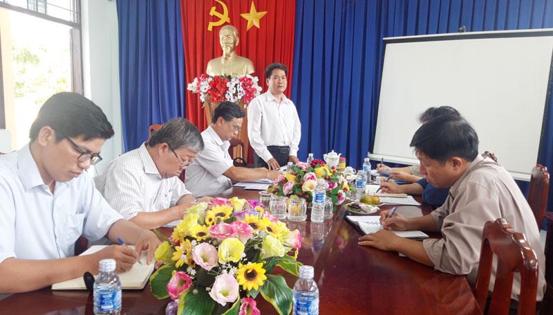Đoàn khảo sát tại Trường THPT Lạc Long Quân.