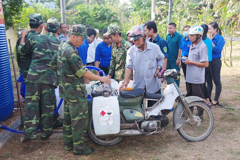 Lực lượng quân sự tham gia vận chuyển nước ngọt cho người dân. Ảnh: Đặng Thạch