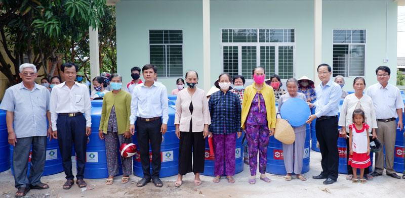 Phó Chủ tịch UBND tỉnh Nguyễn Trúc Sơn trao bồn trữ nước cho người dân.