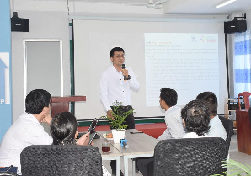 Diễn giả Đinh Hoàng Hiệp trình bày về tái cấu trúc doanh nghiệp sau dịch Covid và hạn mặn.