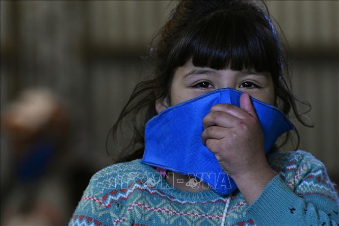 Một em nhỏ đeo khẩu trang phòng dịch COVID-19 tại Buenos Aires, Argentina ngày 8-5-2020. Ảnh: AFP/TTXVN