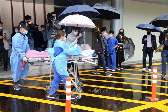 Nhân viên y tế chuyển bệnh nhân mắc COVID-19 đã được chữa khỏi tại một bệnh viện ở Seoul, Hàn Quốc ngày 15-5-2020. Ảnh: Yonhap/TTXVN