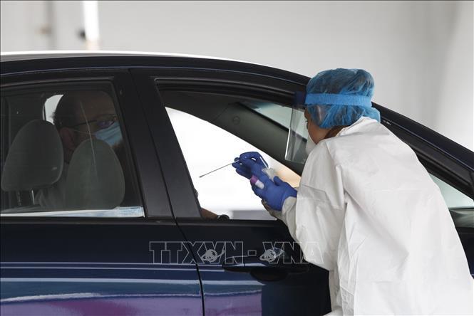 Nhân viên y tế lấy mẫu xét nghiệm COVID-19 tại Washington, DC, Mỹ ngày 14-5-2020. Ảnh: THX/TTXVN