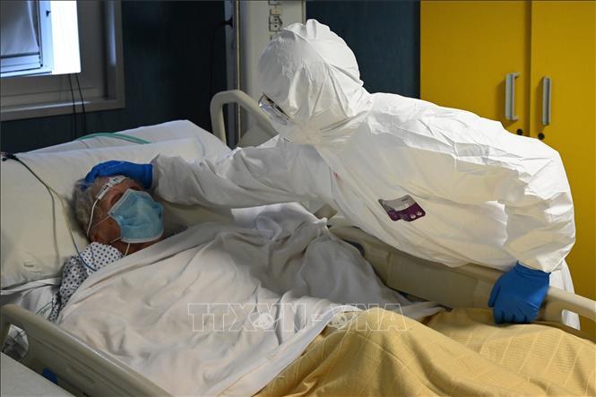 Nhân viên y tế chăm sóc bệnh nhân mắc COVID-19 tại một bệnh viện ở Rome, Italy ngày 20-4-2020. Ảnh: AFP/TTXVN