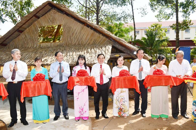 Cắt băng khánh thành Nhà làm việc Nữ tướng Nguyễn Thị Định.