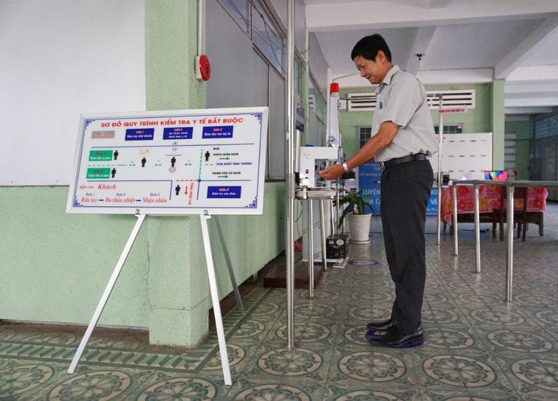 Vận hành thử nghiệm hệ thống khai báo y tế và đo thân nhiệt tự động tại Trường THPT Nguyễn Đình Chiểu. Ảnh: PV
