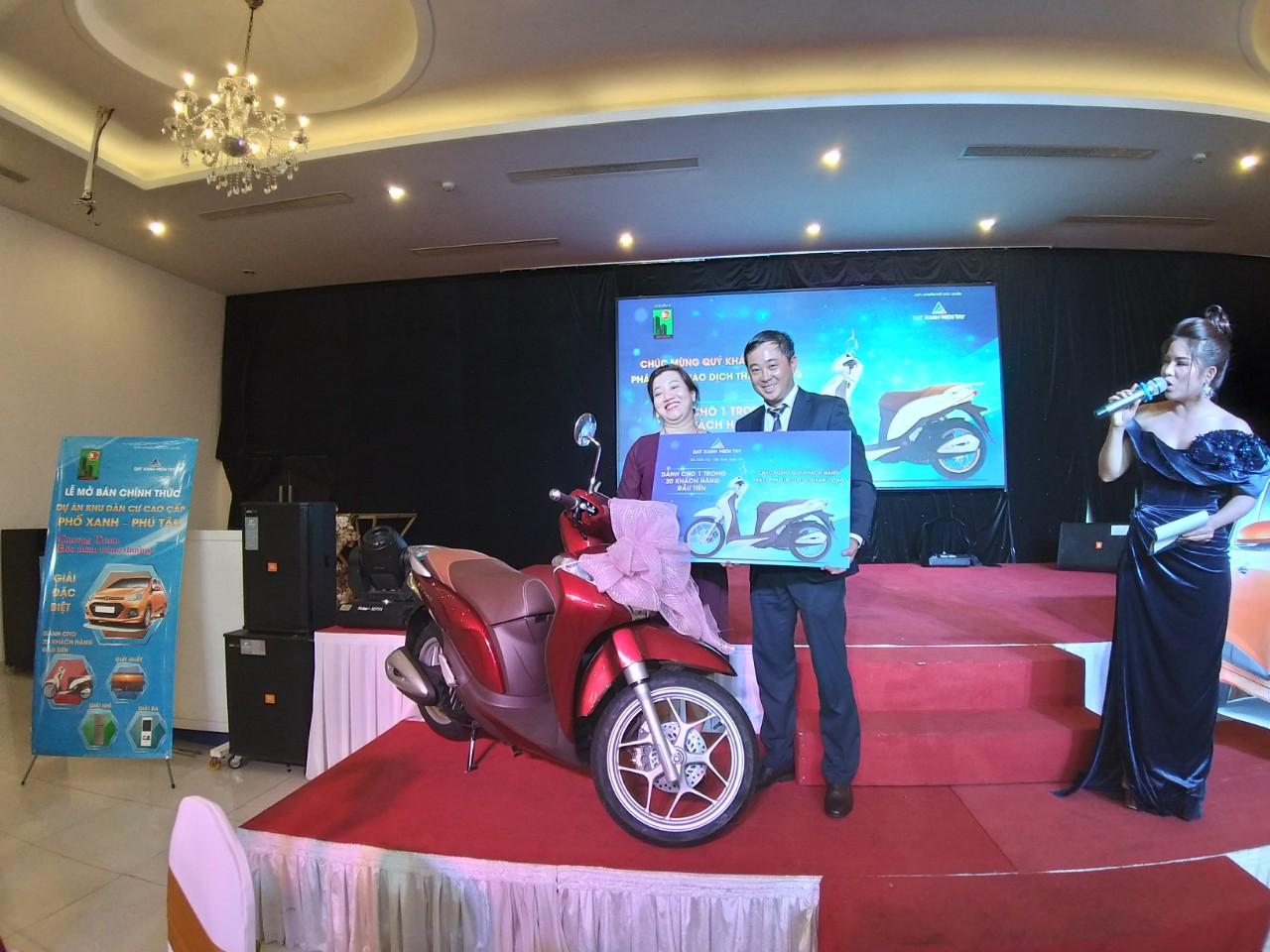 Đại diện chủ đầu tư dự án Phố Xanh trao giải thưởng đặc biệt - Chiếc SH Mode 2020 đến KH may mắn của sự kiện.