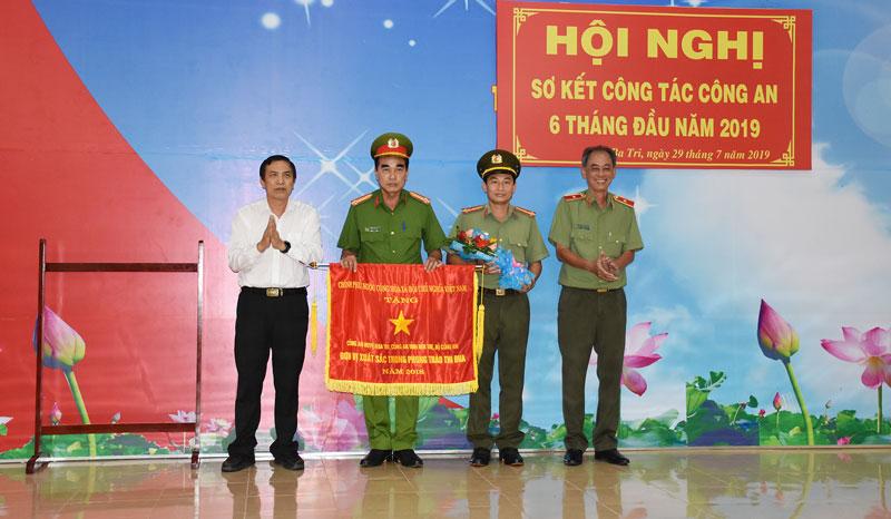 Công an huyện Ba Tri nhận cờ thi đua của Chính phủ. Ảnh: Quang Duy