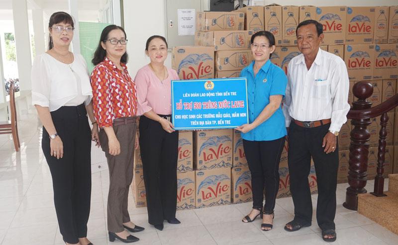 Ông Tô Văn Quang cùng lãnh đạo LĐLĐ tỉnh trao nước ngọt cho các trường học trên địa bàn TP. Bến Tre. Ảnh: Nguyễn Na