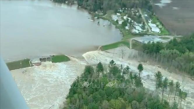Đập Edenville ở hạt Midland, bang Michigan, Mỹ bị vỡ do mưa lớn ngày 19/5/2020. Ảnh: NBC24/TTXVN