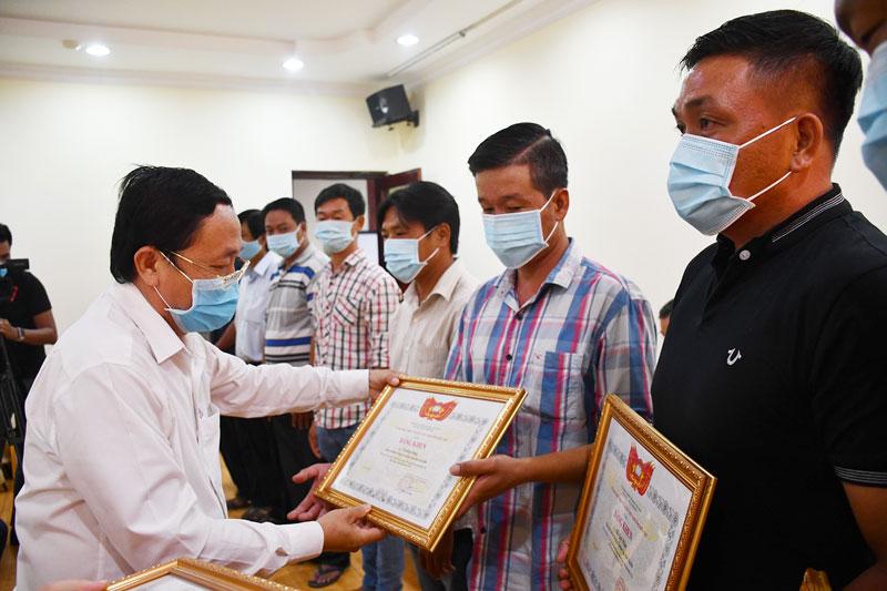 Chủ tịch Ủy ban MTTQ Việt Nam tỉnh Đoàn Văn Đảnh trao bằng khen cho các cá nhân tiêu biểu trong công tác phòng chống hạn mặn. Ảnh: H. Hiệp