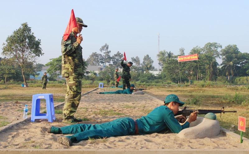 Mỏ Cày Bắc tổ chức cho dân quân năm nhất bắn đạn thật. Ảnh: Thanh Triều
