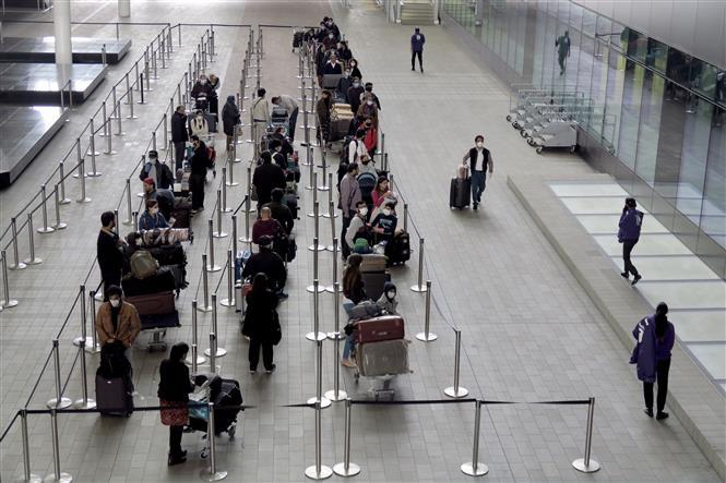 Hành khách tại sân bay Heathrow ở London, Anh, ngày 1-5-2020. Ảnh: THX/TTXVN