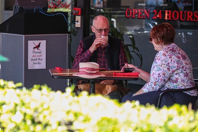 Khách hàng tại một nhà hàng ở Sydney, Australia, ngày 20-5-2020. Ảnh: THX/TTXVN