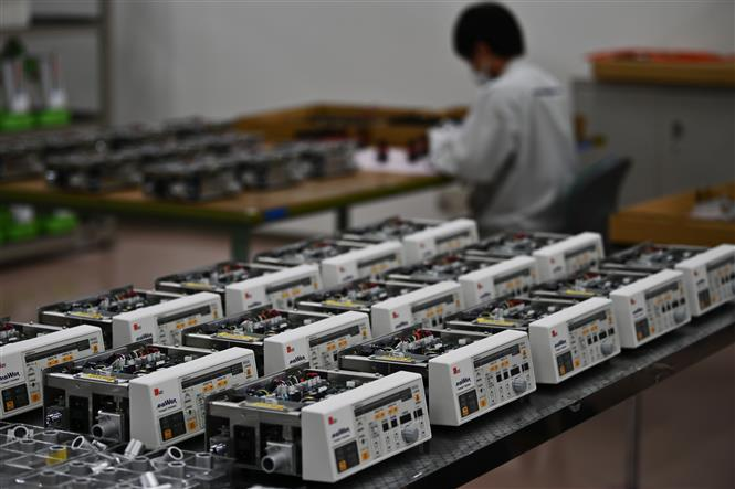 Máy trợ thở được sản xuất tại nhà máy Kohken ở Okajima, quận Fukushima, Nhật Bản ngày 23-4-2020. Ảnh: AFP/TTXVN