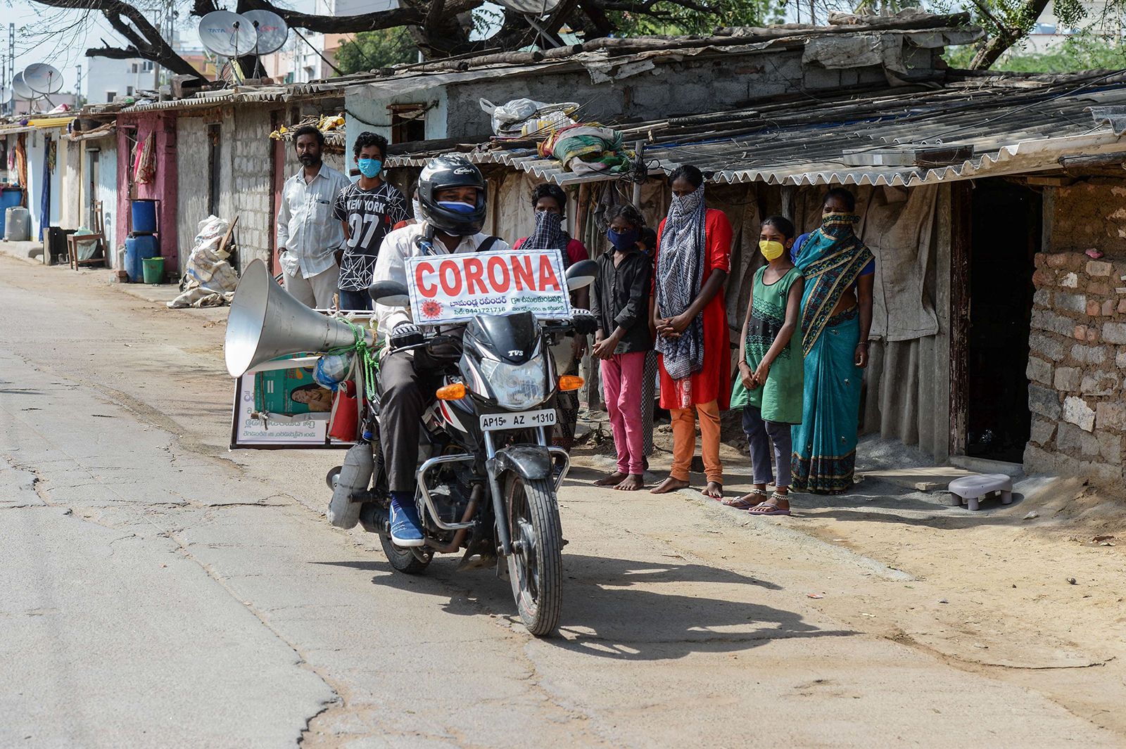 Một nhân viên tuyên truyền dịch COVID-19 đi xe máy qua làng Telangana, bang Hyderabad ngày 21-5. Ảnh: AFP/Getty Images