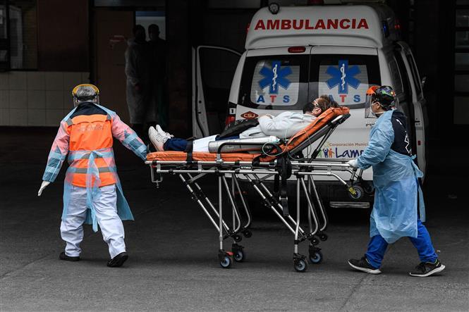 Nhân viên y tế chuyển bệnh nhân mắc COVID-19 từ xe cứu thương vào một bệnh viện ở Santiago, Chile ngày 21-5-2020. Ảnh: THX/TTXVN