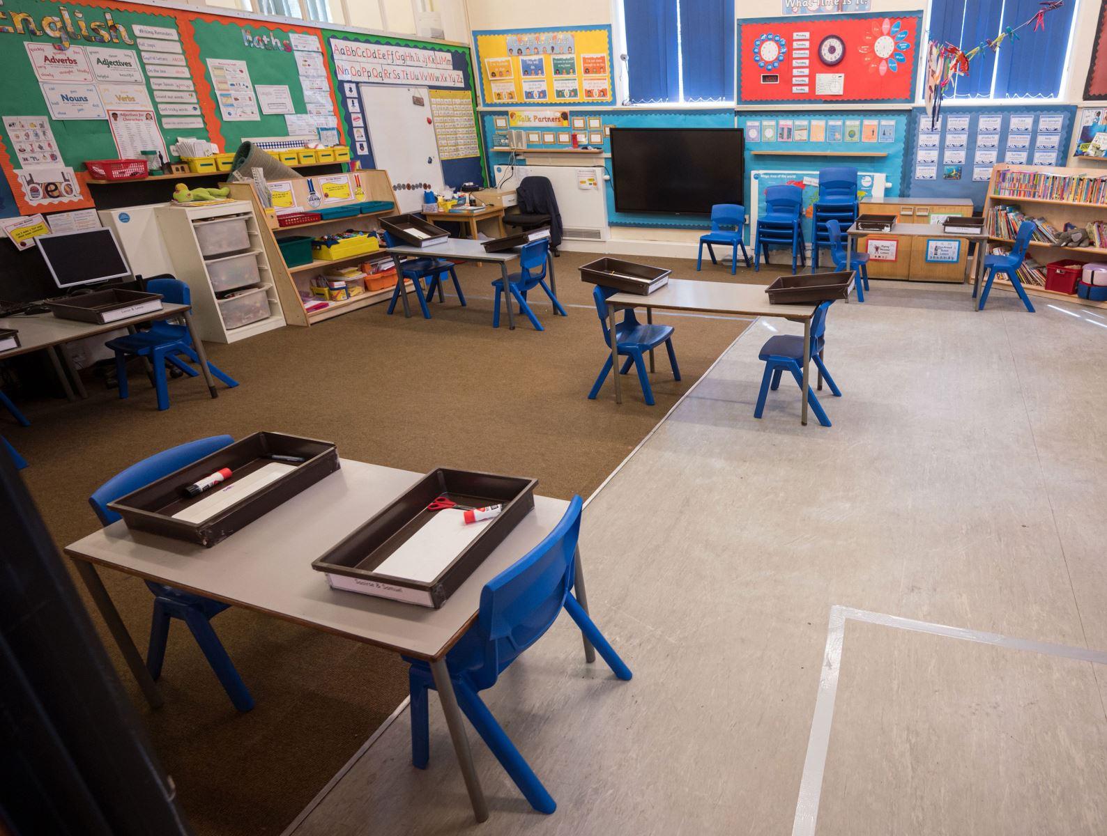 Bàn ghế tại một trường mầm non ở Mardsen, Anh đã được kê lại, đảm bảo giãn cách xã hội. Ảnh: AFP/Getty Images.