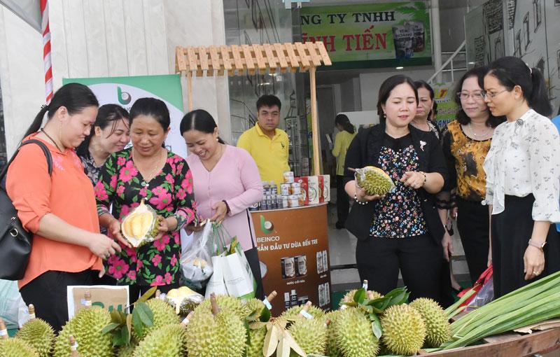 """Các đại biểu mua trái cây tại """"Tuần lễ vàng - khuyến mại lớn""""."""