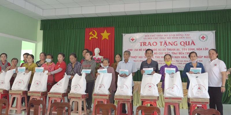 Người dân nhận quà từ nhà tài trợ. Ảnh: Nguyễn Hoài
