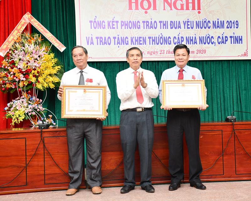 Chủ tịch UBND tỉnh Cao Văn Trọng trao Huân Chương cho Phó Chủ tịch UBND tỉnh Nguyễn Hữu Lập và nguyên Phó Chủ tịch UBND tỉnh Nguyễn Hữu Phước.