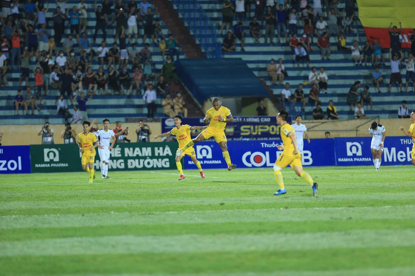 Niềm vui của Rafaelson sau khi ghi bàn thắng giúp DNH.NĐ dẫn trước