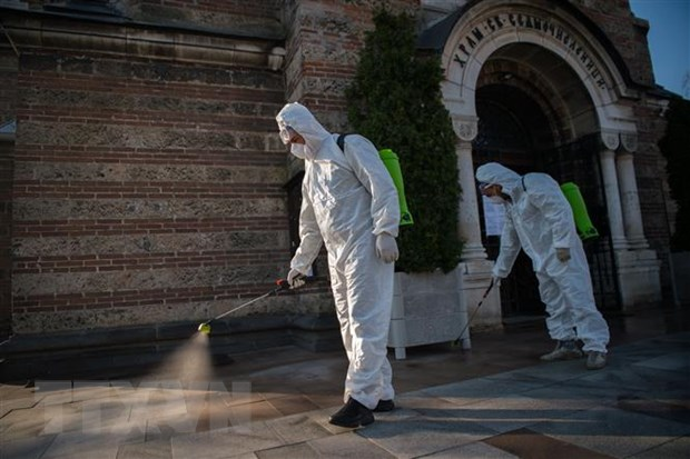 Khử trùng một nhà thờ ở thủ đô Sofia, Bulgaria nhằm ngừa dịch COVID-19 ngày 11-4-2020. (Ảnh: AFP/TTXVN)