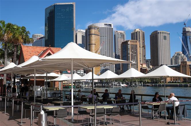 Khách hàng dùng bữa tại một nhà hàng ở Sydney, Australia, ngày 20-5-2020. Ảnh: THX/TTXVN