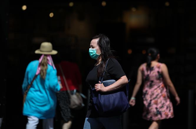 Người dân đeo khẩu trang phòng lây nhiễm COVID-19 tại Sydney, Australia, ngày 2-3-2020. Ảnh: THX/TTXVN