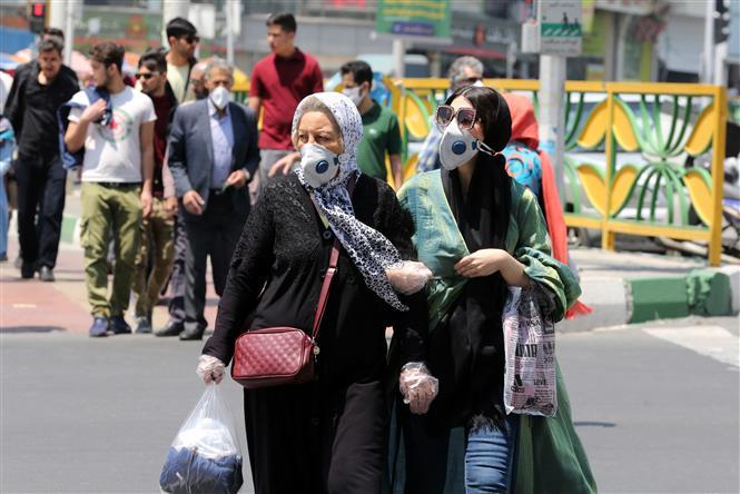Người dân đeo khẩu trang phòng dịch COVID-19 tại Tehran, Iran ngày 9-5-2020. Ảnh: AFP/TTXVN