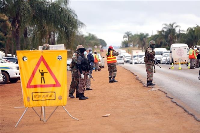 Lực lượng liên ngành kiểm tra các phương tiện giao thông trong thời gian Nam Phi áp dụng lệnh phong tỏa toàn quốc. Ảnh: Phi Hùng - PV TTXVN tại Nam Phi