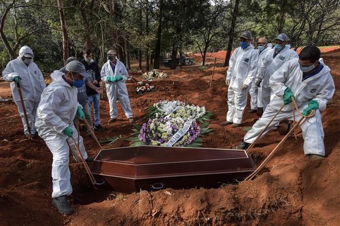Chôn cất các bệnh nhân tử vong do COVID-19 tại nghĩa trang ở ngoại ô Sao Paulo, Brazil, ngày 20-5-2020. Ảnh: AFP/TTXVN