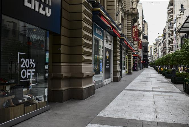 Các cửa hàng đóng cửa do dịch COVID-19 tại Buenos Aires, Argentina ngày 30-3-2020. Ảnh: AFP/TTXVN