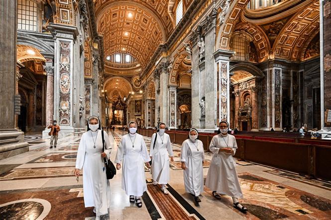 Các nữ tu sĩ tại Nhà thờ Thánh Peter tại Tòa thánh Vatican ngày 18-5-2020. Ảnh: AFP/TTXVN
