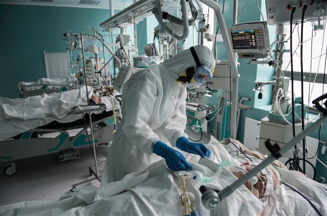 Nhân viên y tế chăm sóc bệnh nhân mắc COVID-19 tại một bệnh viện ở Moskva, Nga ngày 14-5-2020. Ảnh: THX/TTXVN