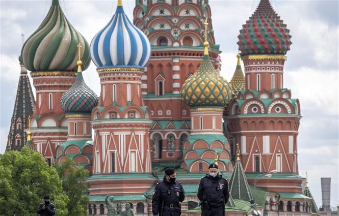 Cảnh sát Nga đeo khẩu trang khi làm nhiệm vụ tại Moskva. Ảnh: AFP
