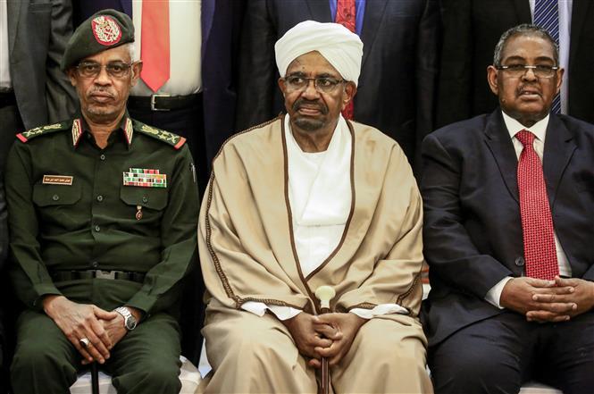 Cựu Tổng thống Sudan Omar al-Bashir (giữa). Ảnh tư liệu: AFP/TTXVN