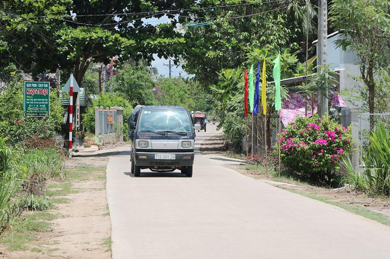 Ô tô tải chở thức ăn gia súc, hàng hóa nhộn nhịp trên các tuyến đường vào xã Tân Trung.