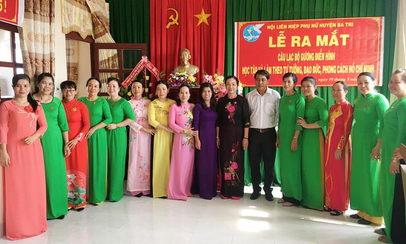 Ra mắt Câu lạc bộ gương điển hình Hội Phụ nữ huyện Ba Tri. Ảnh: Trà Dũng