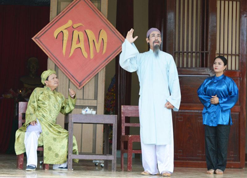 Đoàn Nghệ thuật Cải lương Bến Tre biểu diễn trích đoạn tuyên truyền về cuộc đời cụ Phan Văn Trị.
