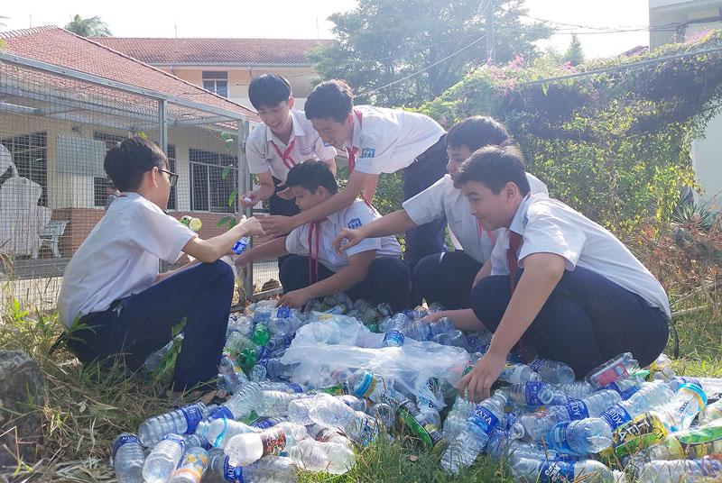 Học sinh Trường phổ thông Hermann Gmeiner (TP. Bến Tre) phân loại rác thải.