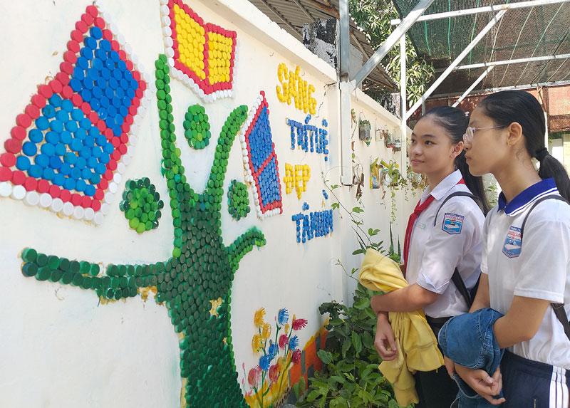 Công trình bức tranh nắp chai tại Trường THCS Hoàng Lam (TP. Bến Tre).