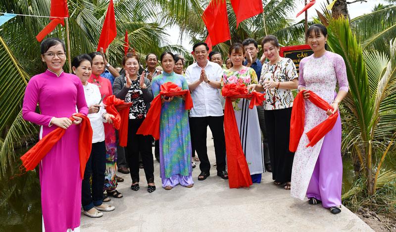 Phó bí thư Thường trực Tỉnh ủy Trần Ngọc Tam và các đại biểu cắt băng khánh thành cầu.