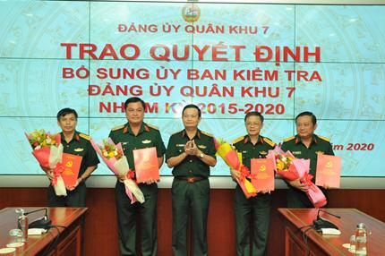 Trung tướng Trần Hoài Trung, Bí thư Đảng ủy, Chính ủy Quân khu 7 trao các quyết định và chúc mừng các tân Ủy viên Ủy ban Kiểm tra Đảng ủy Quân khu 7.