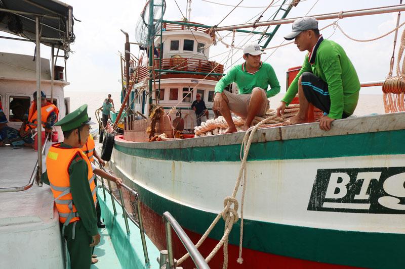 Hoạt động kiểm soát tàu cá tại cảng cá Ba Tri. Ảnh Phan Hân