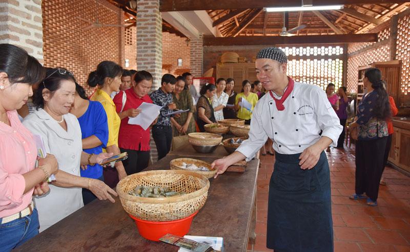Tập huấn nghiệp vụ du lịch do Tổng cục Du lịch tổ chức tại homestay Út Trinh, xã Tam Hiệp. Ảnh: Thanh Đồng