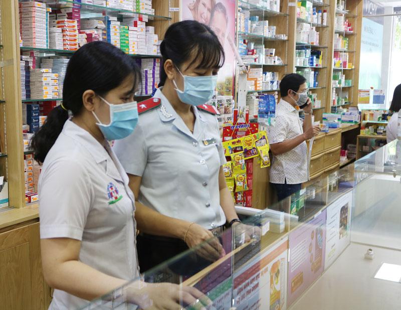 Đoàn Thanh tra của Sở Y tế kiểm tra các nhà thuốc trên địa bàn tỉnh.