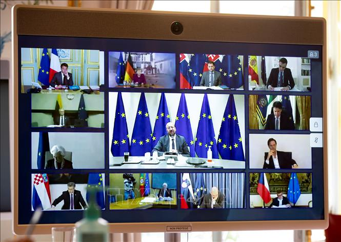 Lãnh đạo các nước thành viên EU trong một buổi họp trực tuyến. Ảnh: AFP/TTXVN