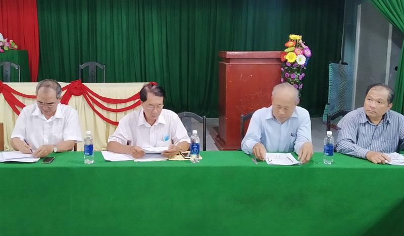 Đặng Ngọc Anh (người thứ nhất từ trái qua) trưởng đoàn giám sát tỉnh.